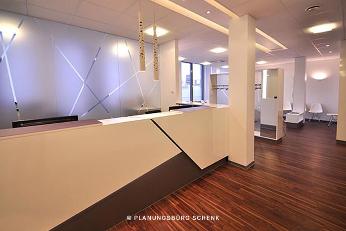 Praxismöbel geplant vom Planungsbüro Schenk und gebaut von der Schreinerei Bühler - Holz und Handwerk